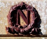 Das typische Emblem von Napoleon an der Fassade