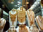 Das aussergewöhnliche Angebot an Goldschmuck mag für unser Auge etwas üppig aussehen . . .