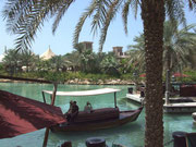 Mit hübschen Booten lässt man sich auf dem Wasserweg vom Hotel zum Einkaufszentrum bringen