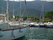 Die grösseren und kleineren Yachten im Hafen sprechen für sich