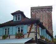 . . . mit den Verkaufsfartikeln an der Fassade: Tonwaren aller Art