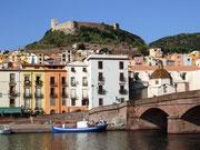 und Blick über die guterhaltene Brücke und das gleichnamige Schloss Bosa
