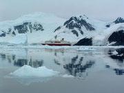 Das Kreuzfahrtschiff ankert im geforderten Abstand zum Land