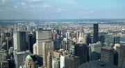 Imposante Aussichten auf vielfältige Wolkenkratzer-Architektur