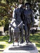 Schöne Skulptur mit der Symbolik für Hilfe am verwundeten Militärkameraden