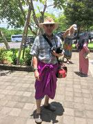Die männlichen Besucher mussten als Zeichen der Ehrerbietung einen «Rock» tragen