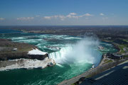 auf die Niagara Fälle mit den Horse Shoe Falls und den Zuflüssen . . .