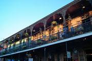 Schönes Abendlicht auf der Restaurant-Terrasse im ersten Stock . . .