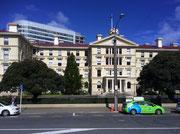 Das alte Regierungsgebäude «Old Government Building» mit wartendem Taxi-Fahrzeug