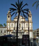 Hübsche Kirche mit schön symmetrischer Fassade