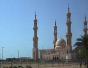 Vorbei an wunderschönen Moscheen mitten in der Wüste . . .