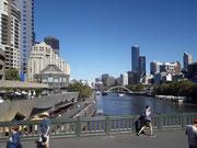 Schöne Ansicht mit Hochhaus-Skyline und klar-blauem Wasser