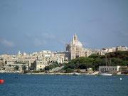 Über das Wasser schaut man hinüber zur Hauptstadt Valletta