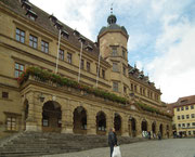 Das Ratshaus mit der prächtigen Renaissance-Fassade steht am Marktplatz