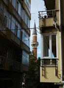 Blick auf das schlanke einsame Minarett