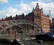Schöne Metallbogenbrücke im Kontrast zu den roten Backsteinbauten