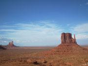 Eine riesegrosse Ebene mit den imposant aufragenden Felsformationen