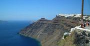 Blick von Oia zum höchstgelegenen Städtchen Thira und auf die Steilküste