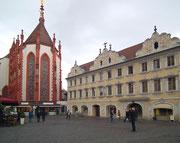 Die dunkelrote Marienkapelle und das wunderschöne Falkenhaus . . .