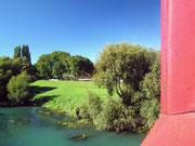 Hübscher Blick beim Überqueren eines Flusses