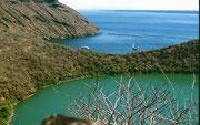 Blick auf den grünen Salzwasser-Kratersee
