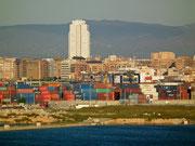 Blick auf den Containerhafen, der einen bedeutenden Wirtschaftszweig darstellt
