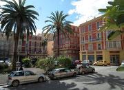 Die schön renovierten Altstadthäuser mit den haushohen Palmen