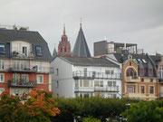 Die rotbraune Turmspitze des Mainzer Doms zeigt sich
