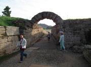 Durchgangs-/Eingangstor zum antiken Olympia-Stadion