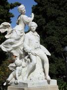 Schöne weisse Marmorskultur vor dem Casino in Grasse