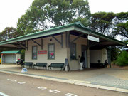 dient heute als Bus-Bahnhof und als Bücher-Laden mit netter Werbetafel: