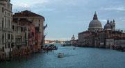 Auf der Vaporetto-Fahrt zum Hotel begrüsst uns Venedig mit schönem Wetter
