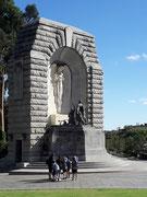 Massives Granit-Monument zu Ehren von Kriegsgefallenen (wenn ich mich richtig erinnere)