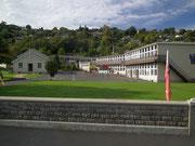 Tolles Schulgebäude mit Sportplätzen und viel Rasenfläche