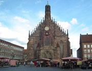 Auf dem Hauptmarkt mit der Frauenkirche