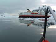 Blick aus dem Zodiac zu unserem Mutterschiff