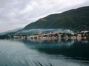 Stimmungsvolle Vorbeifahrt an der montenegrinischen Küste . . .