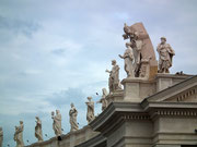 Auch die 140 Heiligenstatuen auf den Kolonnaden «stehen stramm» . . .