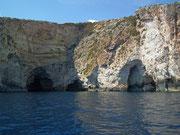 Höhlen und Felsbogen wechseln sich an diesem Küstenabschnitt ab