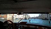 Mit einem Wasser-Taxi (schöne hölzerne Boote) fahren wir auf . . .