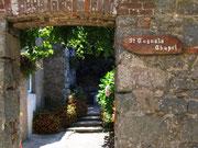 und einem hübschen Durchgang zur kleinen Kapelle