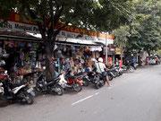 So sieht es vor den Geschäften aus, wenn alle motorisiert zum Einkauf kommen