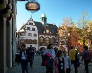 Am Rathausplatz steht das «Neues und Altes Ratshaus»