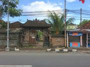 Pagoden-Tor mit religiöser Figur als Türbewacher