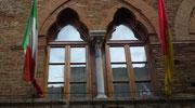 Schöne Fenster mit Säule als Bogenträger