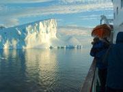 Sogar im Abendlicht leuchten die Eisberge und faszinieren uns