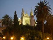 Die Frontseite der Kathedrale mit dem schönen Rosettenfenster