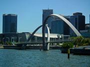 Passieren diese kühne Brückenkonstruktion . . .