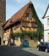 Schönes, blumengeschmücktes Fachwerkhaus