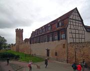Aussenansicht der Ringmauer und Eingangsturm